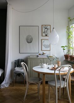 Discover the finest concepts for your minimalist dining room that matches your design as well as taste. Browse for outstanding pictures of minimalist dining-room for motivation. Decoration Inspiration, Dining Room Inspiration, Interior Inspiration, Decor Ideas, Room Ideas, Stil Inspiration, Sweet Home, Gravity Home, Ideas Hogar