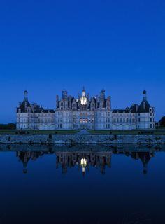 El simétrico castillo de Chambord, en el valle del Loira, al caer el sol
