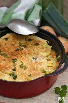 Vispannetje uit de oven - - voorgekookte aardappels (in schijfjes), wortels (heel fijn gesneden), prei (heel fijn gesneden), ui (gesnipperd), knoflook (geperst), stevige vis in stukken (bv. zalm, tilapia, kabeljauw), kookroom ((light)), witte wijn, geraspte kaas, paneermeel, olijfolie, peper en zout, verse peterselie, Verwarm de oven voor op 200 graden. Fruit in een braadpan