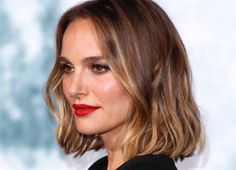 This Is The Breakout Hair-Colour Trend For 2020 Smoky gold is a melting of highlights and lowlights, warm and cool tones — and the shine is next-level. Dark Brown Hair With Blonde Highlights, Gold Blonde Hair, Lilac Hair, Lavender Hair, Gold Hair Colors, Brown Hair Colors, Hair Colour, Balayage Blond, Hair Color Balayage