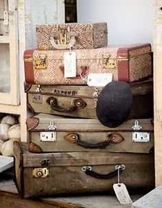 Travel on the brain. - I love the look of old suitcases and trunks. Vintage Suitcases, Vintage Luggage, Vintage Travel, Vintage Trunks, Vintage Bags, Vintage Love, Shabby Vintage, Shabby Chic, Vintage Decor