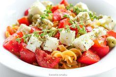 Sałatka makaronowa z pomidorami, oliwkami i fetą