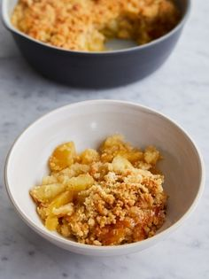 An easy apple crumble recipe from Jamie Oliver. This is a really classic recipe – just Bramley apples and a three ingredient crumble topping. Best Apple Crumble Recipe, Easy Apple Crumble, Fruit Crumble, Crumble Topping, Apple Crumble Ingredients, Fruit Recipes, Sweet Recipes, Baking Recipes, Dessert Recipes