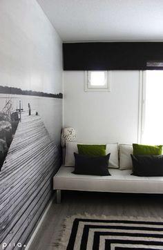 Valokuvatapetti tuo kesän ympäri vuoden olohuoneeseen Bed, Projects, Interiors, Furniture, Home Decor, Log Projects, Blue Prints, Decoration Home, Stream Bed