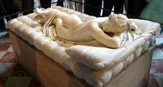 """잠자는 헤르마프로디토스(Hermaphroditus) / 루브르 박물관 소장  이 조각상은 루브르 박물관에서 매우 유명한 작품으로, 중성인 헤르마프로디토스의 모습을 통해 신화적인 사랑의 내용을 보여준다. 헤르메스와 아프로디테의 아들로 태어난 헤르마프로디토스는 매우 아름다운 소년이었다. 어느 날 그가 샘을 걷고 있었는데, 살마키스가 잘생긴 그의 모습에 반해 자신과 결혼해달라고 한다. 그러나 거절당하고 만다. 헤르마프로디토스가 옷을 벗고 샘에 들어가자, 살마키스는 헤르마프로디토스를 뒤에서 껴안고 """"오, 신들이여, 이대로 있게 하소서. 제가 영원히 이 소년에게서 떨어지지 않게 하소서"""" 라고 기도한다. 이 기도로 둘은 한몸이 되었고, 헤르마프로디토스는 몸의 절반은 남성이고 나머지 절반은 여성인 자웅동체가 되었다. 이는 그가 신화적 사랑의 결정체, 그리고 완전체가 되었다는 것을 보여준다."""