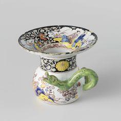 Anonymous | Kwispedoor van Delfts aardewerk, Anonymous, 1700 - 1730 | Kwispedoor van faience. Veelkleurig beschilderd met bloementakken, en met een groene slang als handvat.