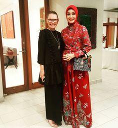 Inspirasi dari bunda oki asokawati Hijab Dress, Kebaya, Ikat, Muslim, Women's Fashion, Suits, Nice, Modern, How To Wear