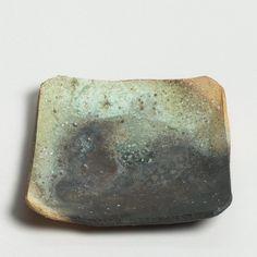 TSUJIMURA, Shirô (* 1947)  Iga shihô-zara - quadratische Platte im iga-Stil       Hellgrauer, körniger Scherben mit glänzendweissen Quarzeinschlüssen,  im Brand rötlich bis grauschwarz verfärbt; mit grünlicher Aschenanflugglasur.  Signatur unten eingeritzt kama  ( Ofen ).  Japan, Nara  4 x 24 x 24 cm