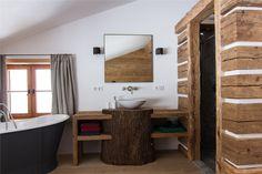 Freistehende Badewanne mit Baumstamm als Waschtisch
