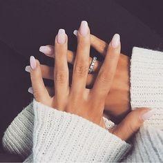 Parce que la manucure nude avec son effet naturel est loin d'être ordinaire! #lookdujour #ldj #nail #nude #natural #manicure #mani #nudemani #trendy #nailsofig #inspiration #style #regram @fashionforher