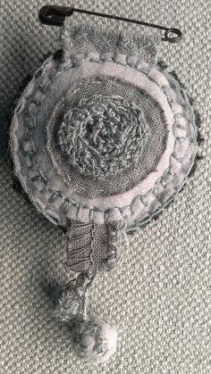 PIN-textil medallón en tonos de gris por VeronikB en Etsy
