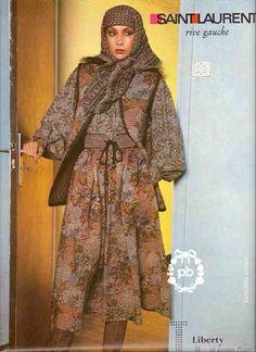 """SAINT LAURENT RIVE GAUCHE (automne-hiver 1976/77) ENSEMBLE en étamine de laine Liberty imprimé à décor floral dans les tons pain d'épices, bleu, prune et vieux rose : GILET matelassé gansé d'un galon laineux chocolat, JUPE froncée (T38) (quelques mini accrocs dans jupe) Iconographie : """"VOGUE"""", photographe : Oliviero Toscani, Droits réservés"""