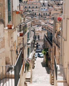 Il fascino del barocco siciliano in una scalinata che rappresenta al meglio i colori di questa regione.  In viaggio con @travelgramitalia @eden_viaggi @edenhotels e in compagnia di @viaggicirrone  w/ @alicedetogni @federicamaiolo_ @gionata_s @ariannacalvitti by pierlu__igi