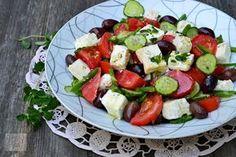 Salata greceasca traditionala (Horiatiki) - CAIETUL CU RETETE Caprese Salad, Cobb Salad, Mozzarella, Food And Drink, Desserts, Cherry, Diet, Fine Dining, Tailgate Desserts