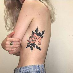 une jeune femme porte un tatouage fleuri design