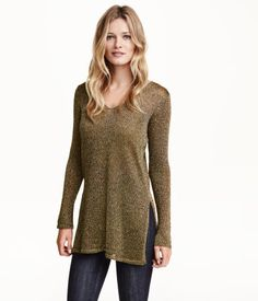 Longer, V-neck sweater in a loose, soft knit with glittery threads. High slits at sides and at cuffs.
