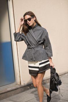 Falda de Isabel Marant, abrigo de pata de gallo de Isa Arfen, bolso de Balenciaga, pantalones y suéter beige de Christophe Lemaire. Fotografías por Sara Perringerard.