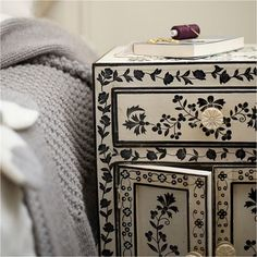 Hand Painted Chest Of Drawers - Ideas on Foter Hand Painted Furniture, Paint Furniture, Upcycled Furniture, Furniture Projects, Furniture Makeover, White Furniture, Interior Design Website, Painted Chest, Deco Originale