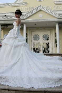 ロングトレーンのウエディングドレスSharmain (シャメイン)です。 豪華絢爛なお姫さまドレスです。