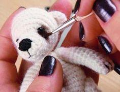 Вяжем мишку крючком Подробный мастер-класс по вязанию и сборке небольшого игрушечного мишки