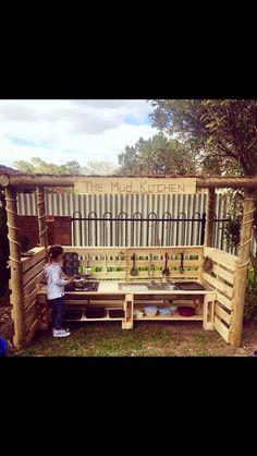 Outdoor Pallet Mud Kitchen for Kids (Diy House Exterior) Outdoor Play Kitchen, Mud Kitchen For Kids, Outdoor Play Spaces, Kids Outdoor Play, Outdoor Learning, Backyard For Kids, Diy Mud Kitchen, Cheap Kitchen, Outdoor Kitchens