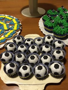 Cumple tematico Boca Juniors 60th Birthday, Desserts, Ideas, Food, Sports Birthday Parties, Football Team, Candy Stations, Globes, Tailgate Desserts
