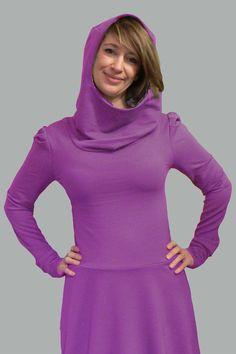 """Schönes Kleid mit """"gefütterter"""" Kapuze (Jersey in Petrol)und Ballonrock. Die Ärmel sind an den Schultern leicht """"gepufft""""."""
