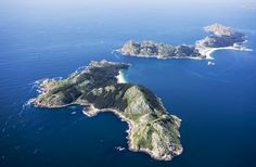 The archipelago of the Cies, located at the entrance of the ria de Vigo, consists of three main islands and smaller islets. The Cies Islands offer nature, good walks and trails, spectacular views and beaches and a haven of tranquility. It's an incredible maritime-terrestrial National Park and one of the most beautiful in the country, hence the Romans put them 'islands of the gods' name. Spain vigo_islas_cies