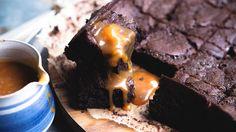 Jeg heller en del av karamellen over kaken før den stekes slik at karamellen trekker ned i brownien under steketid..!! OMG! Det første du gjør er å lage karamellen  karamell Varm opp fløten til kokepunktet. Trekk kjelen av platen og la stå. I en annen kjele smelter du sukker til gylden karamell. Ikke rør …