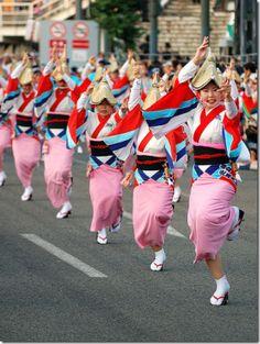 Festivals of Japan: Tokushima Awa Odori Folk Dance Festival Tokushima, Matsuri Festival, Japanese Lifestyle, Japanese Festival, Kimono Japan, Folk Dance, Visit Japan, Nihon, Japan Fashion