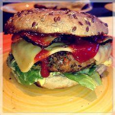 Homemade cheeseburger mediterranean style with grilled pepper and zucchini. #cheeseburger #Burger #burgergram #foodstagram #foodblog