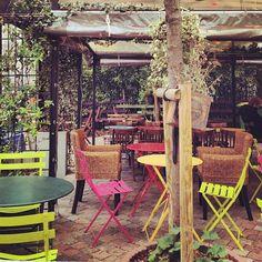 La terrasse des Mondes Bohèmes rue des Vignoles, Paris 20 ème - on y va?