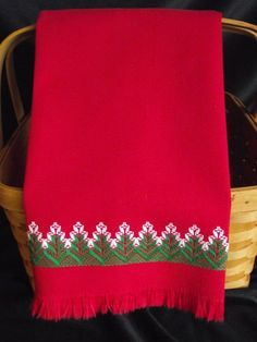 Esta toalla de mano rojo vintage decorada con armadura sueco, una técnica donde el hilo no penetra en la tela, pero con cuidado se teje entre los hilos levantados. Por lo tanto, la parte posterior de la toalla es de color rojo sólido, con sólo unos pocos hilos de rosca visibles donde el hilo de bordar comenzó. El diseño se realiza en verde y blanco. Hay un diseño más pequeño cosido encima de la franja en la parte posterior de la toalla. Este tipo de toallas son muy buenas para cristal y…