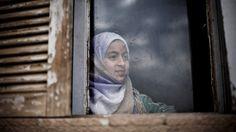 Una niña observa desde una ventana de un edificio abandonado donde ella y varias familias se refugiaron debido a un enfrentamiento entre el Ejército de Liberación de Siria y el ejército gubernamental en el noreste de la ciudad de Qamishli, Siria (28 de febrero de 2013) / AP PHOTO. MANU BRABO