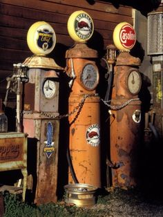 Three Old Gas Pumps antiques antique Car garage Cars American pickers Old Gas Pumps, Vintage Gas Pumps, Vintage Auto, Abandoned Cars, Abandoned Places, Pompe A Essence, Drive In, American Pickers, Old Gas Stations