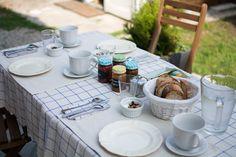 La petite table .. à 2 , 3 ou 4 avec son pain bio du marché Mmmmmm