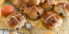 Hot cross buns are delicious but also high in sugar and calories. Check out the Hot Cross Bun Recipe and enjoy a healthier seasonal treat. Healthy Treats, Healthy Baking, Healthy Desserts, Delicious Desserts, Healthy Recipes, Healthy Food, Cross Buns Recipe, Bun Recipe, Hot Cross Buns