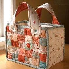 patchwork bag... i like the idea to fasten the handles with the button by hand (to thick to go through that bulk with the sewing machine)