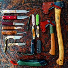 A great picture showing lots of bushcraft knives, as well as a saw and two Gransfors Bruks axes, hand forged in Sweden. Bushcraft Kit, Bushcraft Knives, Bushcraft Camping, Camping Survival, Outdoor Survival, Camping Gear, Wilderness Survival, Survival Tools, Survival Knife