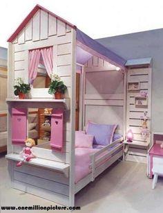 Minik prensesler için pembe, lila renklerinde kombine edilmiş yazlık ev görünümünde bir çocuk odası.