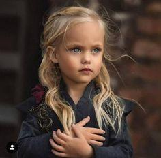 {Swipe} Cute Daenerys and Viserys cosplays 🐉🔥 - {via Beautiful Little Girls, Beautiful Children, Beautiful Eyes, Beautiful Babies, Beautiful People, Little Girl Photography, Photography Poses, Fashion Photography, Cute Baby Girl