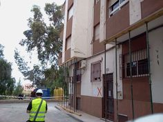 Los daños infligidos a esta casa por el terremoto de Lorca (11 de mayo 2011) obligaron los arquitectos técnicos a pintar una siniestra cruz roja en su muro de entrada (prohibición de entrar). Foto. Sonia Jaldo.