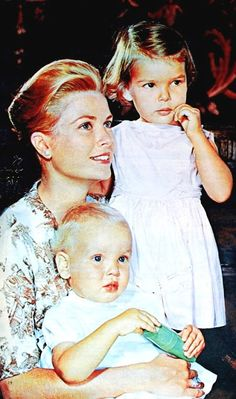 Princess Grace of Monaco with Caroline and Albert, Margriet (Dutch) March 1960 Grace Kelly Mode, Grace Kelly Style, Princesa Grace Kelly, Princesa Diana, Prince Of Monaco, Camille Gottlieb, Patricia Kelly, Princess Caroline Of Monaco, Princess Stephanie