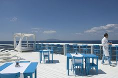 """Al Capri Palace sono presenti anche tre ristoranti, tra i quali compare il 2 stelle Michelin """"L'Olivo"""", un museo di arte contemporanea e una boutique di alta moda italiana."""