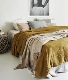 chambre avec couvre lit coloris moutarde