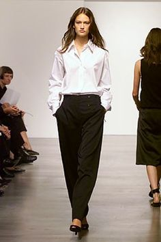 Calvin Klein Collection Spring 2002 Ready-to-Wear Fashion Show Collection: See the complete Calvin Klein Collection Spring 2002 Ready-to-Wear collection. Look 22 Calvin Klein Collection, Classic Chic, Fashion Show Collection, Beauty Hacks, Beauty Tips, Harem Pants, Ready To Wear, Runway, Vogue