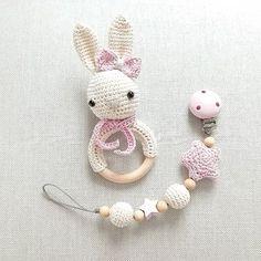 Unterwegs ins neue Zuhause :-) creme und zartrosa @nazly_kay  #häkeln #crochet #gehäkelt #hase #rassel #schnullerkette #babygirl #baby2016 #rosa #handmade #mitliebegemacht