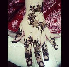 Henna♥ Great use of negative space Pretty Henna Designs, Finger Henna Designs, Mehndi Art Designs, Beautiful Mehndi Design, Mehndi Patterns, Henna Tattoo Designs, Mehndi Images, Mehendi, Henna Mehndi