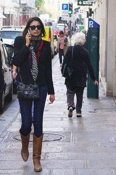 Esse é pra lembrar que não há nada de errado em usar bota marrom e casaco preto