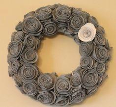 felt flower wreath - cute easy DIY wreath would be cute anywhere in the house Felt Flower Wreaths, Felt Wreath, Wreath Crafts, Diy Wreath, Felt Flowers, Diy Flowers, Fabric Flowers, Felt Roses, Fabric Wreath